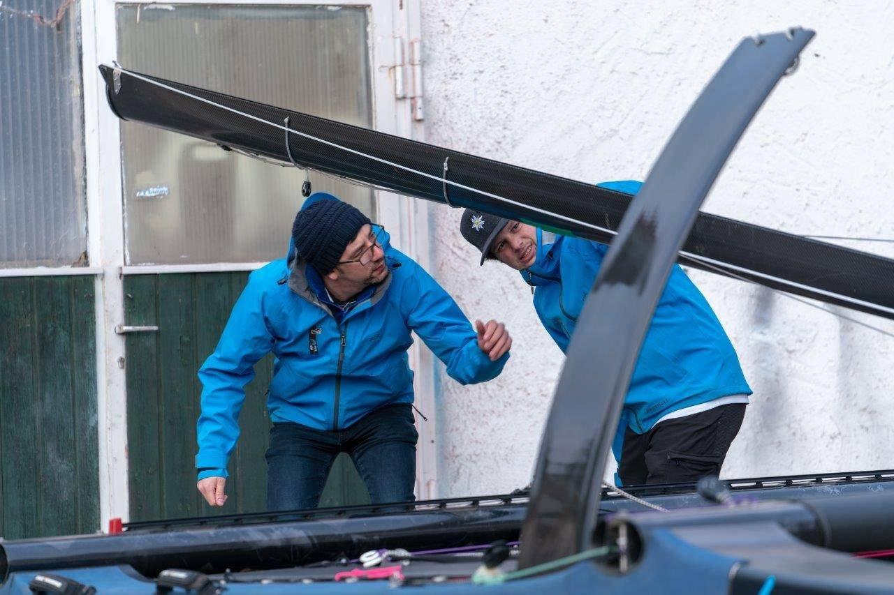 FATH-Sailing-Team-überprüft-das-Sportgerät